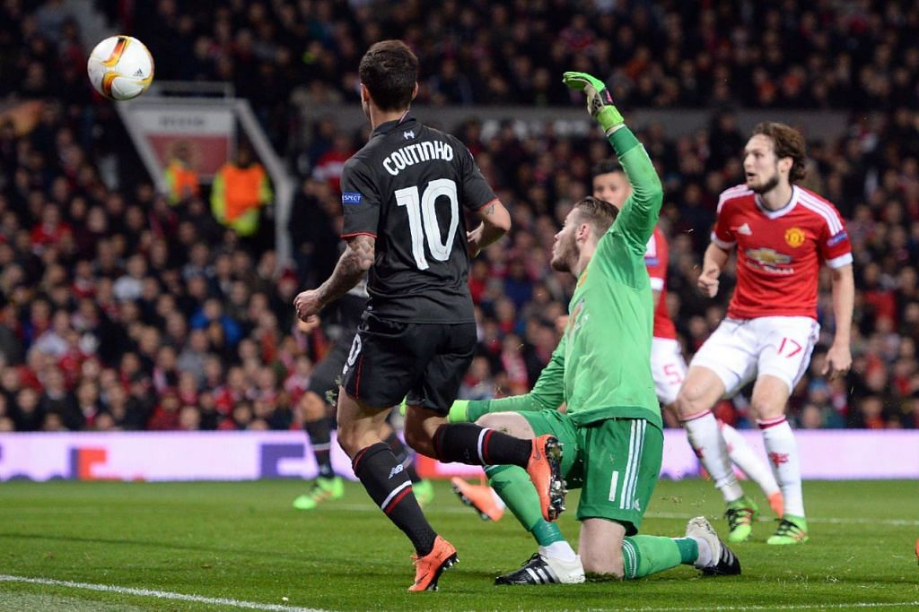 Philippe Coutinho menewaskan penjaga gol Manchester United, David de Gea (jersi hijau), untuk menjaringkan gol penyamaan 1-1 bagi Liverpool, dalam perlawanan kedua mereka di peringkat 16 pasukan Liga Europa di Old Trafford pada Khamis (18 Mac)