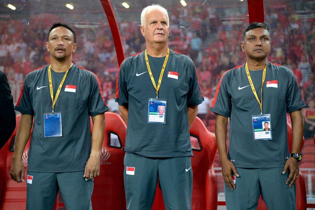 BUKA PELUANG: Fandi (kiri) dan Sundramoorthy (kanan) layak diberi peluang menggantikan Bernd Stange (tengah) sebagai ketua jurulatih nasional. – Foto fail