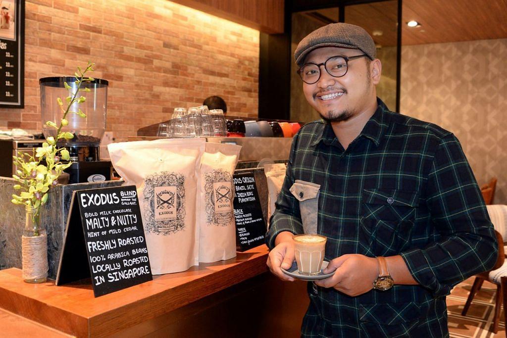 BUAT SENDIRI: Encik Muhammad Arfian memanggang biji kopi Brazil dan India, lalu menamakan hasilnya 'Exodus'. - Foto ZAINAL YAHYA