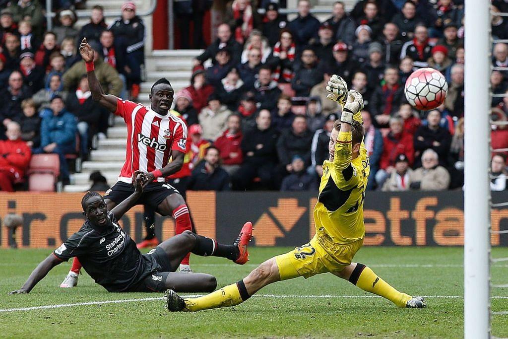 Pemain tengah Southampton, Sadio Mane (jersi jalur-jalur), menjaringkan gol pertama pasukannya, yang mengalahkan Liverpool 3-2 dalam perlawanan EPL di Stadium St Mary pada Ahad (20 Mac).