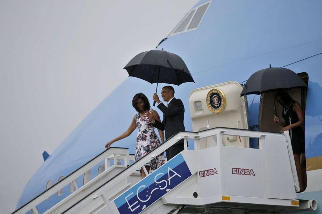 Presiden Barack Obama dan isterinya, Cik Michelle, turun dari pesawat Air Force One apabila ia tiba di lapangan terbang antarabangsa Havana untuk lawatan tiga hari ke Cuba pada Ahad (20 Mac).
