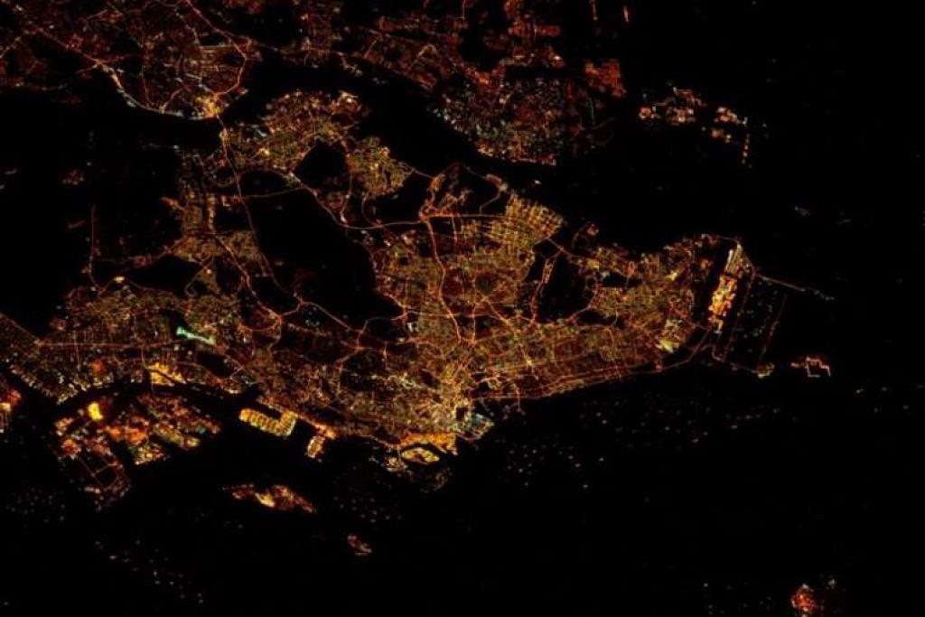 Gambar Singapura pada waktu malam yang diambil angkasawan Amerika, Tim Kopra, dari Stesen Angkasa Antarabangsa yang mengorbit.