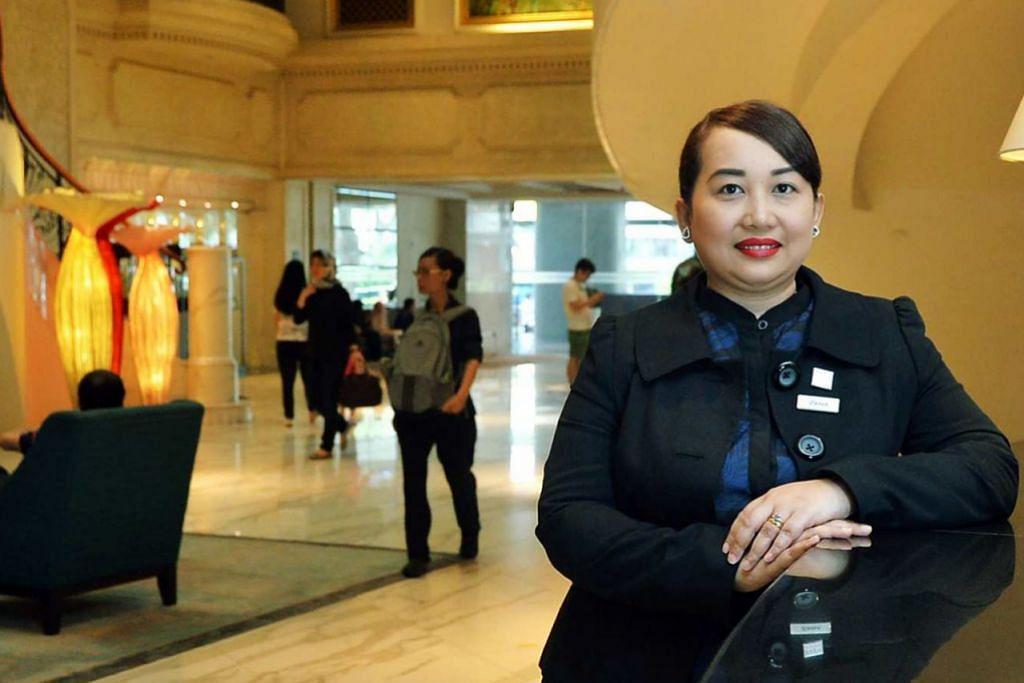 SEDIA HADAPI CABARAN BARU: Sikap Cik Rozanah mendorong majikannya menaikkan pangkatnya daripada Pegawai Pendapatan kepada Pengurus Pembangunan Perniagaan dalam masa lima tahun. - Foto KHALID BABA