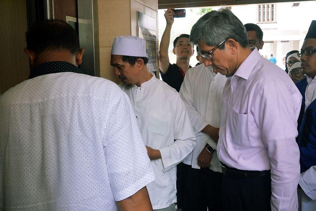 DATANG MELAWAT: Menteri Bertanggungjawab bagi Ehwal Masyarakat Islam, Dr Yaacob Ibrahim (gambar), dan Menteri Sekitaran dan Sumber Air, Encik Masagos Zulkifli Masagos Mohamad, semalam mengunjungi keluarga Allahyarham Nasrulhudin di Tampines.