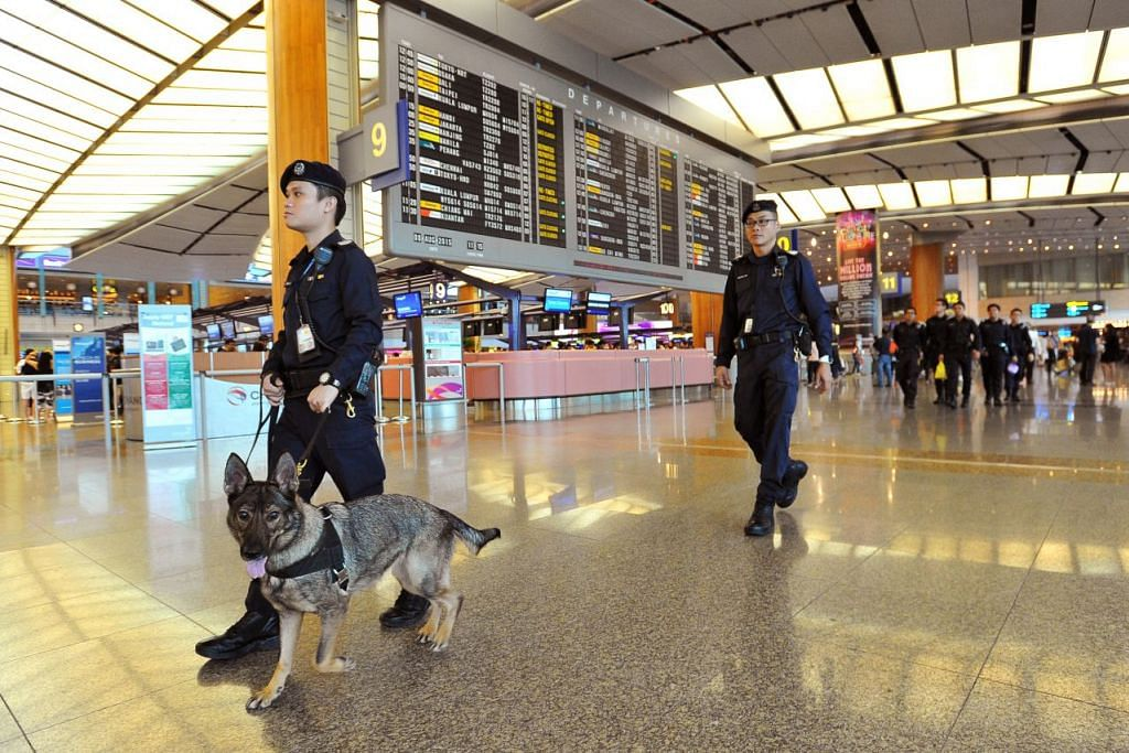 Pegawai polis melakukan rondaan bersama anjing di Terminal 2, Lapangan Terbang Changi.