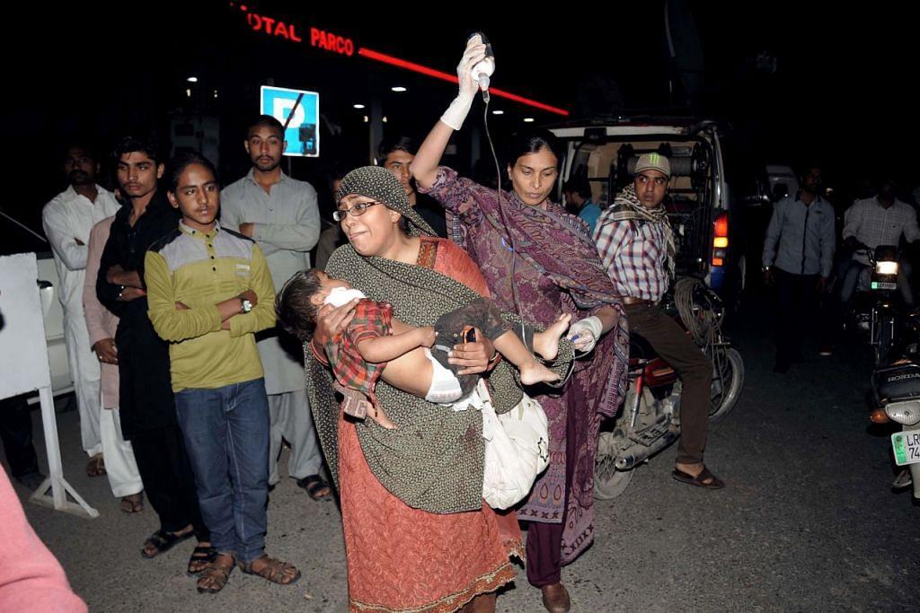 Seorang mangsa kanak-kanak serangan maut di Lahore pada Ahad (27 Mac) dikejakan ke hospital.