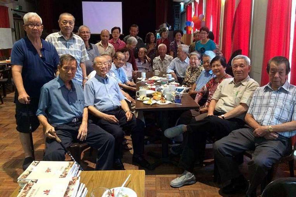 Encik Ong Pang Boon (duduk, dua dari kiri) bersama ahli lain MK Club pada majlis ulang tahun kelab itu dan beliau pada 20 Mac lalu.