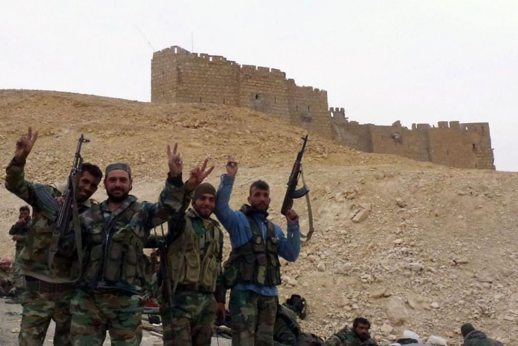 Tentera propemerintah Syria merai kejayaan mereka dekat kubu kota Palmyra, yang ditawan mereka daripada ISIS pada 27 Mac.