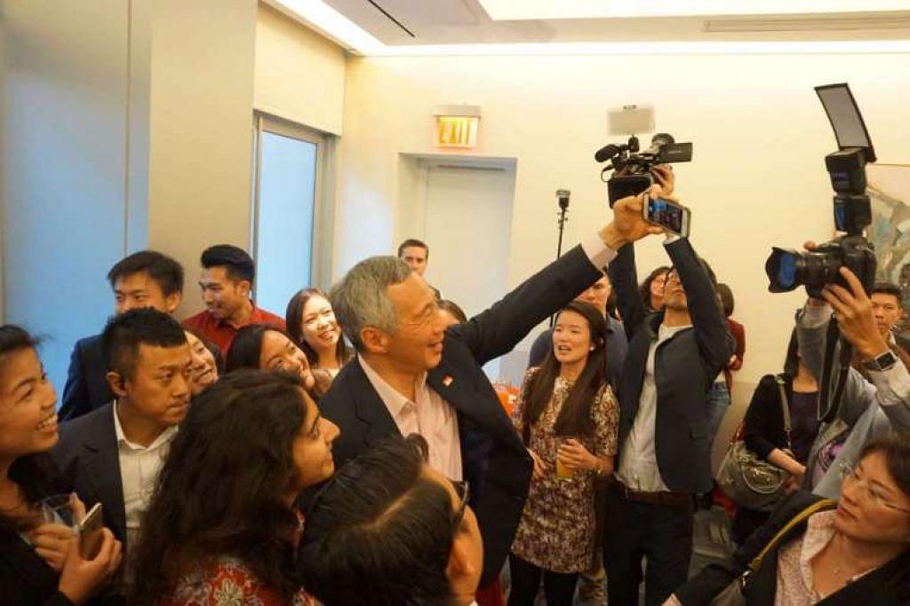 Encik Lee Hsien Loong berbual dan mengambil gambar bersama warga Singapura dalam sebuah majlis di New York bagi rakyat Singapura yang tinggal di Amerika Syarikat, pada Ahad (27 Mac).