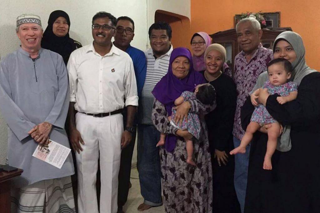 PERERAT HUBUNGAN DENGAN PENDUDUK: Encik K. Muralidharan Pillai (tiga dari kiri) mengunjungi penduduk di kawasan Bukit Batok bagi mengenali mereka dengan lebih rapat lagi sebelum pilihan raya kecil Bukit Batok bermula. - Foto PAP