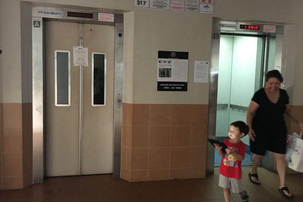 Notis pembaikan ditampal pada Lift A (kiri) di Blok 317 Ang Mo Kio Street 31, selepas ia tiba-tiba melonjak 17 tingkat, membuat seorang pembantu rumah Indonesia terperangkap satu setengah jam pada 7 Mac 2016. BCA membenarkan lif tersebut kembali beroperasi pada Isnin (28 Mac) selepas ia disahkan selamat untuk digunakan.
