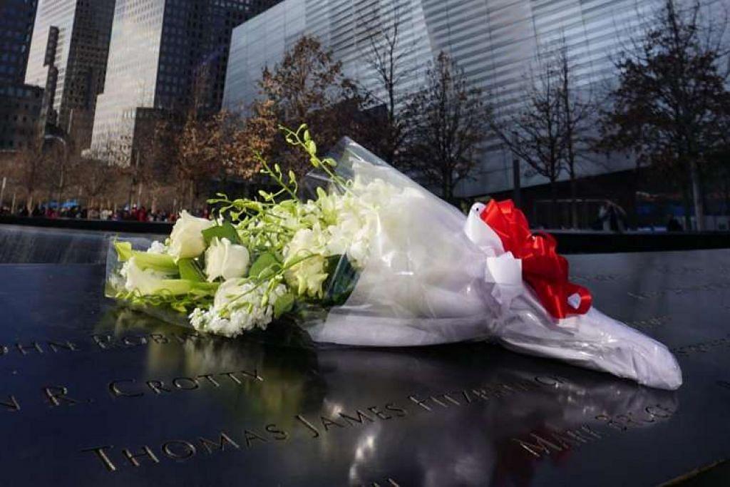 PM Lee Hsien Loong (kanan) melawat dan meletak sejambak bunga putih di memorial memperingati serangan pengganasan 11 September 2001 di New York pada Isnin (28 Mac).