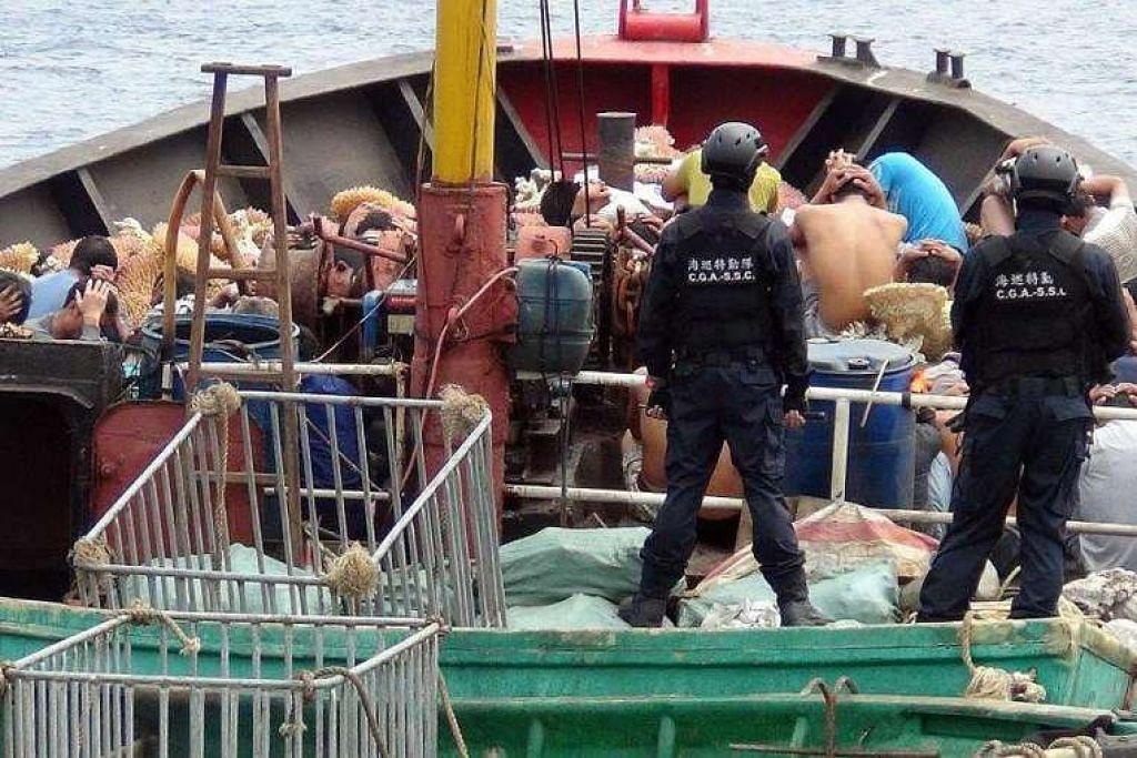 Bot nelayan China dan anak kapalnya ditahan pengawal pantai Taiwan pada 22 Mac kerana menuai batu karang dan penyu terancam secara haram di perairan berhampiran sebuah pulau karang yang dipertikai di Laut China Selatan.