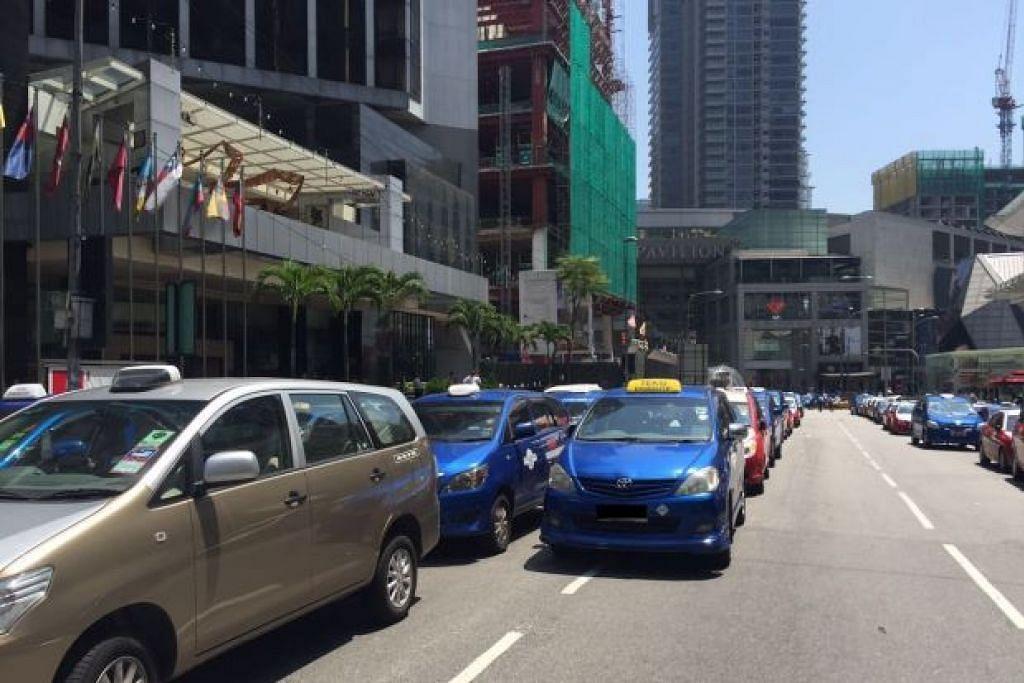 Pemandu teksi di luar Pavilion Kuala Lumpur.