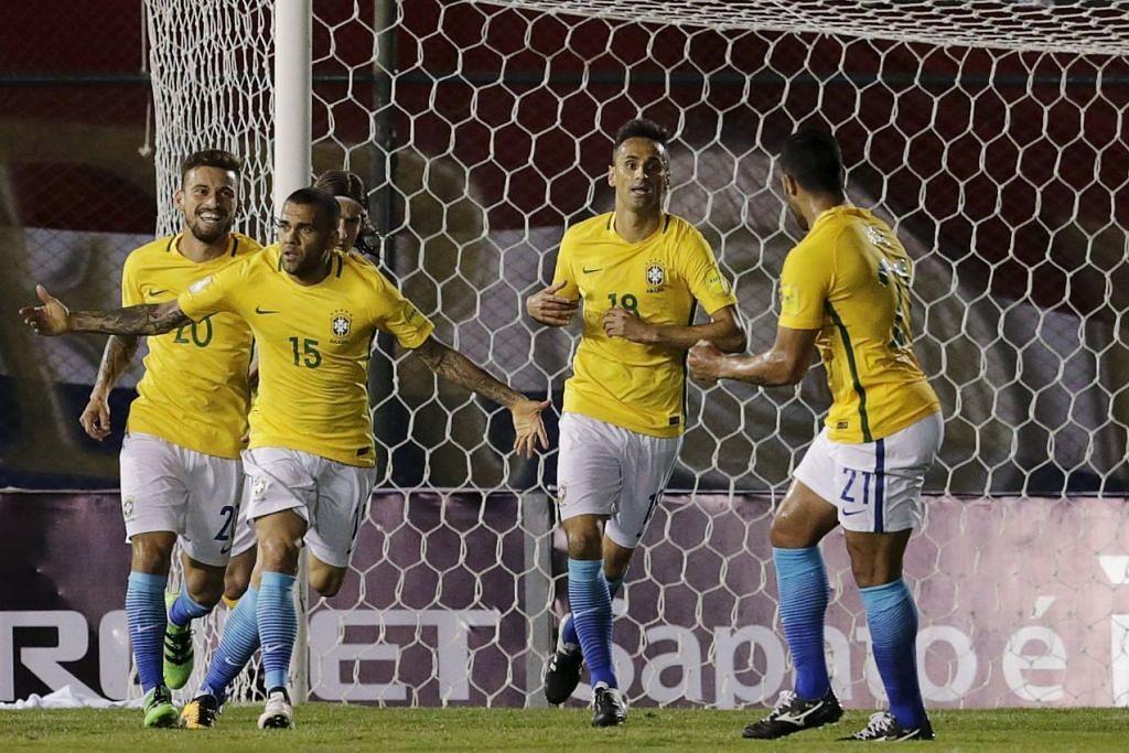 Pemain pertahanan Daniel Alves (jersi 15) merai gol penyamaannya yang  membolehkan Brazil mengelakkan kekalahan mengejut di tangan Paraguay dalam perlawanan kelayakan Piala Dunia pada Selasa (29 Mac).