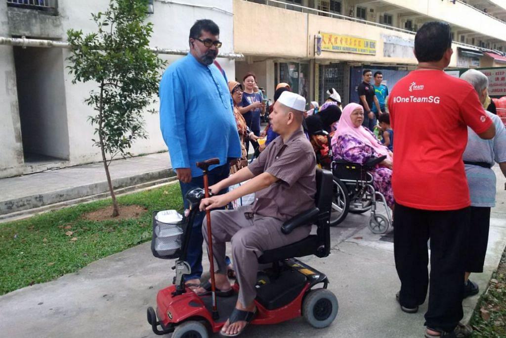 Pengasas FFFA, Encik Nizar Md Shariff (baju biru), berkata dengan bantuan para sukarelawan masyarakat Boon Lay, FFFA menyediakan lebih 400 bungkusan makanan malam kepada mereka yang memerlukan di kawasan tersebut setiap hari, Gambar: