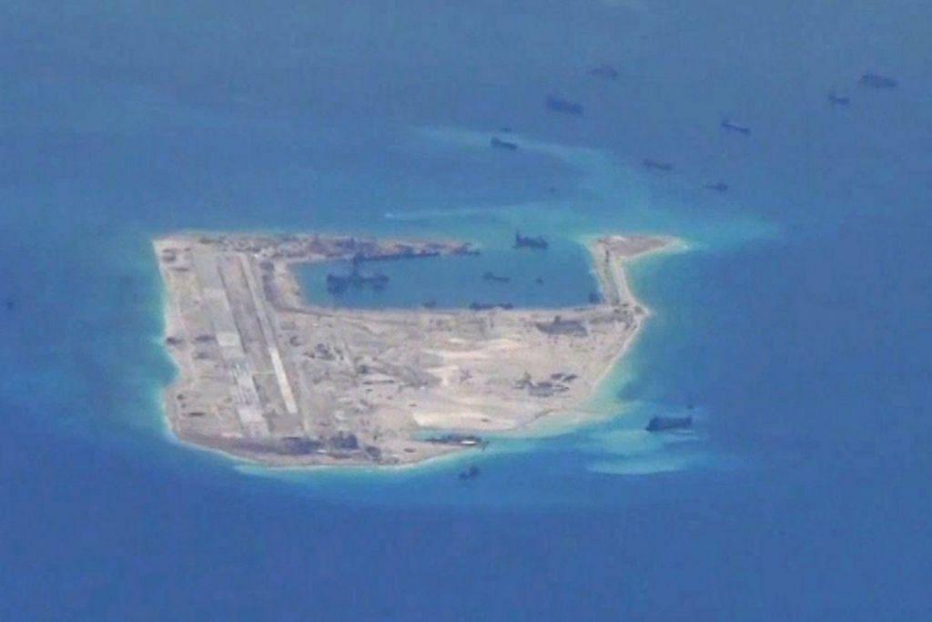 Gambar fail dari video Tentera Laut Amerika Syarikat ini menunjukkan apa yang dikatakan kapal pengerukan China di perairan sekitar Terumbu Fiery Cross Reef di Kepulauan Spratly di Laut China Selatan yang dipertikai.