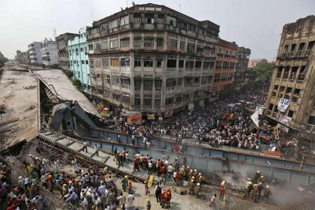 Anggota bomba dan pekerja penyelamat mencari mangsa selepas jejambat dalam pembinaan runtuh di Kolkata pada Khamis, 31 Mac.