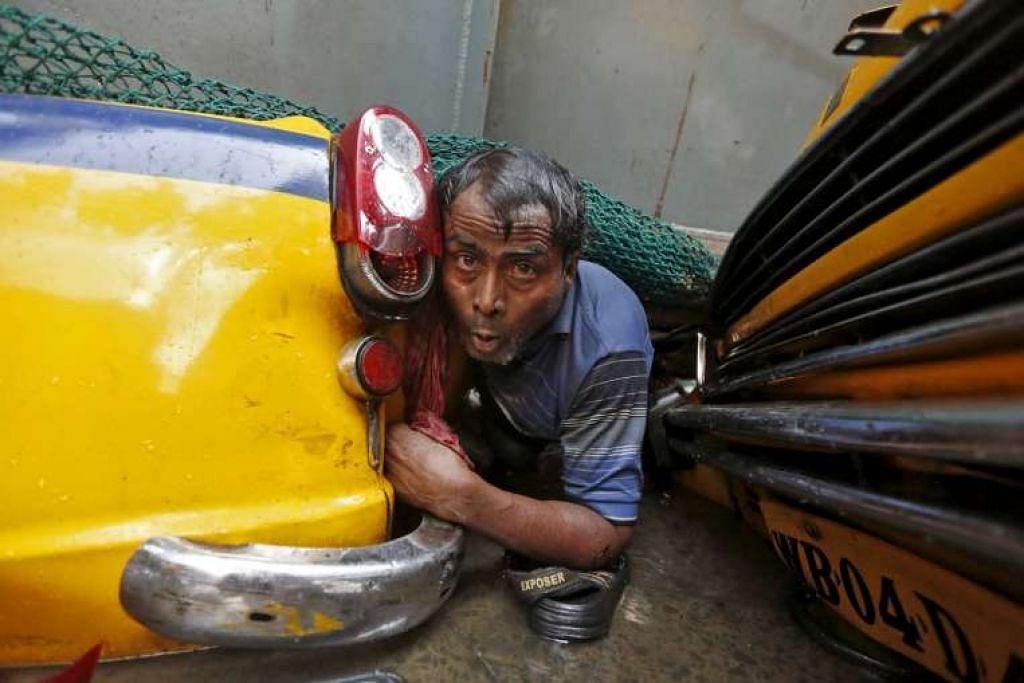 Seorang lelaki dilihat terperangkap di tengah-tengah runtuhan jejambat dalam pembinaan yang runtuh di Kolkata.