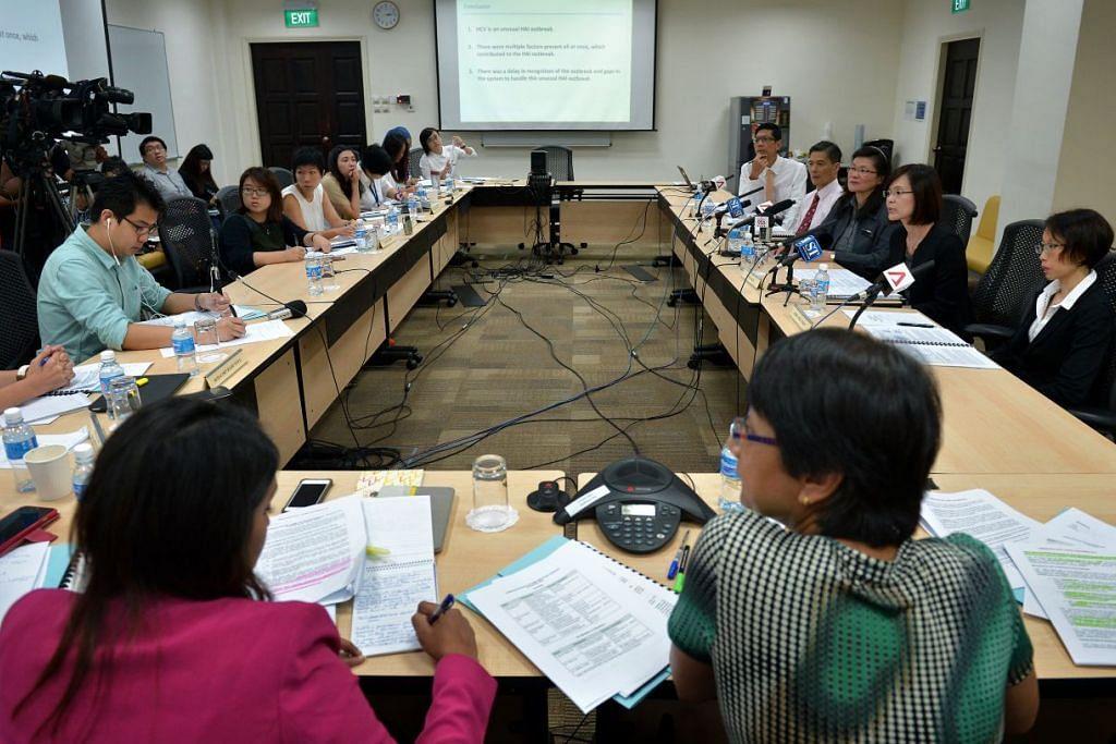 Ahli jawatankuasa semakan bebas (kanan) bercakap kepada pemberita pada 8 Disember 2015, semasa membentangkan laporan mereka mengenai wabak hepatitis C di Hospital Besar Singapura. Wabak itu menjejas 25 pesakit, lapan daripada mereka meninggal dunia. Virus itu bertanggungjawab secara langsung, atau menyumbang kepada, tujuh kematian.