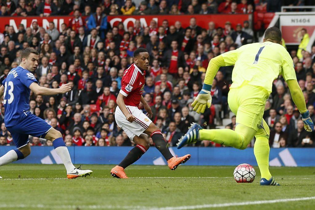 Anthony Martial menyumbatkan gol tunggal Manchester United dalam kemenangan ke atas Everton dalam perlawanan EPL di Old Trafford pada Ahad, 3 Apr.