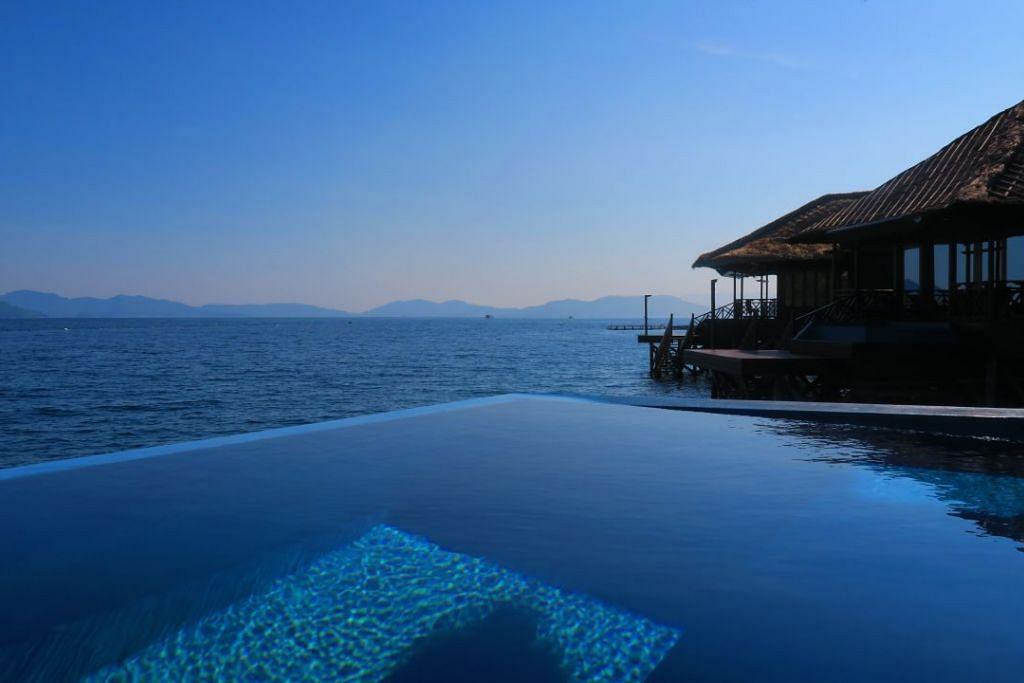 Pemandangan daripada Gayana Eco Resort Palm Villa lengkap dengan kolam privet.