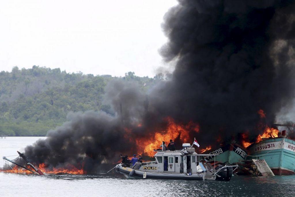 Bot polis Indonesia dilihat berhampiran bot nelayan Malaysia dan Vietnam yang dimusnahkan pada Selasa (5 April) kerana  penangkapan ikan secara haram di perairan Indonesia oleh Kementerian Kelautan dan Perikanan, polis dan tentera laut di Batam.