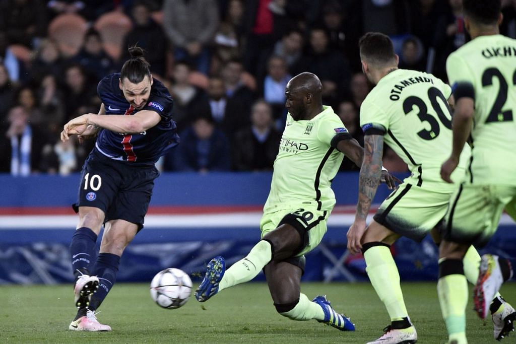 Penyerang Paris Saint-Germain, Zlatan Ibrahimovic (jersi gelap) bersaing dengan pemain pertahanan  Manchester City, Eliaquim Mangala, dalam perlawanan suku akhir pertama mereka  dalam Liga Juara-Juara yang berakhir dengan seri 2-2 di Stadium Parc des Princes di Paris pada Rabu (7 Apr).