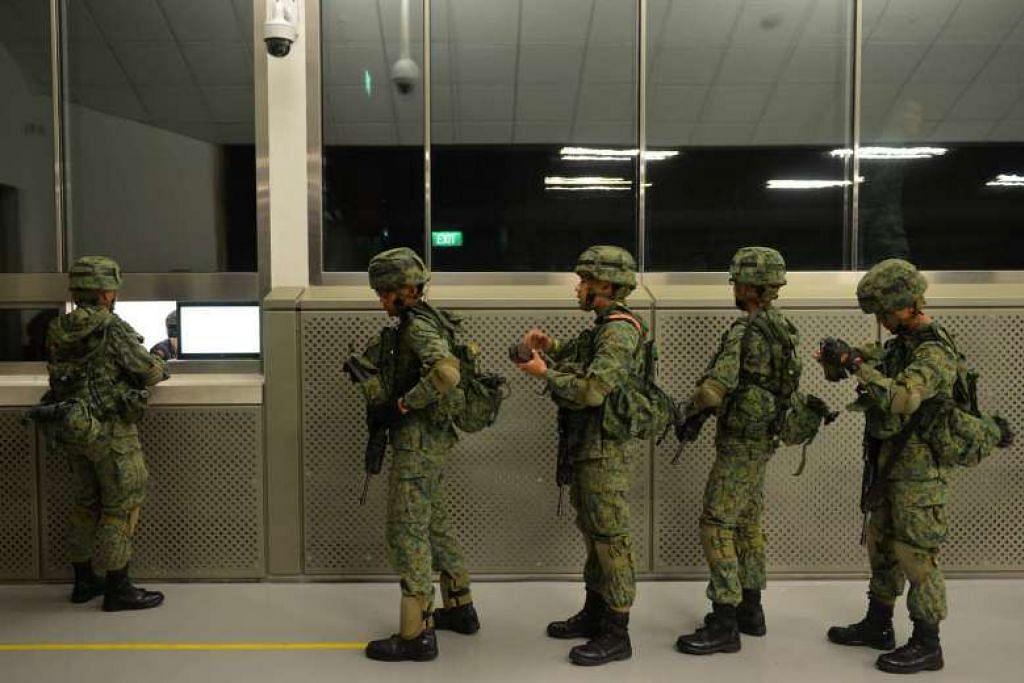 PENGIKTIRAFAN DITINGKAT: Anggota Perkhidmatan Negara dalam Angkatan Bersenjata Singapura (SAF) akan menikmati pengiktirafan lebih baik. - Foto The Straits Times