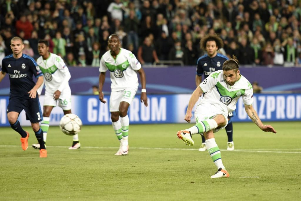Ricardo Rodriguez menjaringkan gol pertama melalui sepakan penalti bagi Wolfsburg, yang mengalahkan Real Madrid 2-0 dalam perlawanan suku akhir pertama mereka dalam Liga Juara-Juara di  Volkswagen Arena pada Rabu (6 Apr).