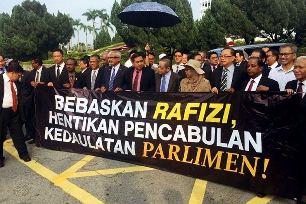 BANTAH PENANGKAPAN: Sekitar 50 AP parti pembangkang berarak dari bangunan Parlimen ke ibu pejabat polis Bukit Aman untuk membantah penahanan Encik Rafizi. - Foto KAMLES KUMAR