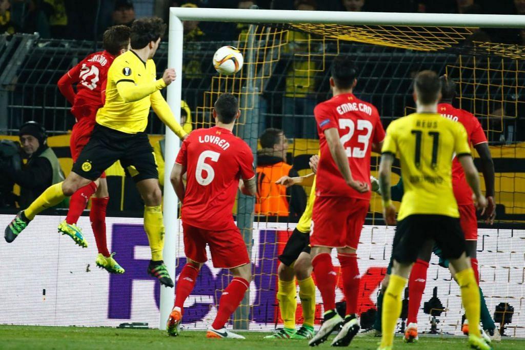 Kapten Dortmund, Mats Hummels (dua dari kiri), menanduk bola bagi menjaringkan gol penyamaan 1-1 semasa perlawanan pertama menentang Liverpool dalam suku akhir Piala Europa di stadium Signal Iduna Park pada 7 April.