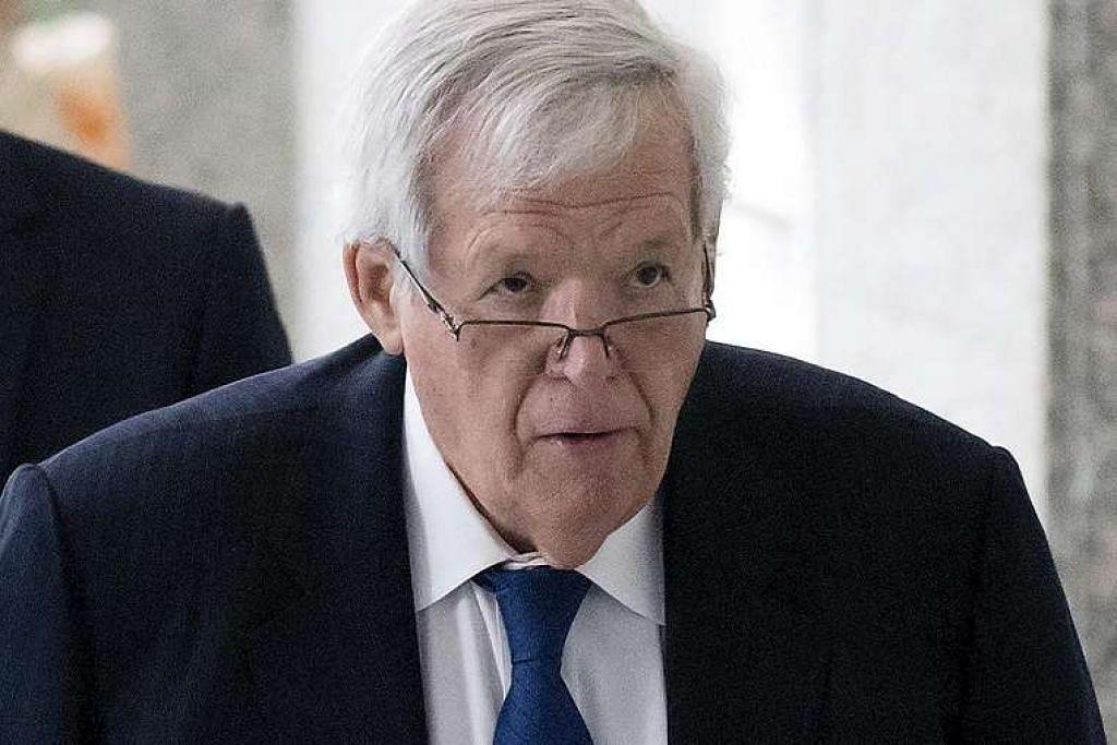 Hastert dituduh oleh pendakwa raya persekutuan mencabul lima bekas pelajar sekolah tinggi di Illinois dari  1960-an hingga awal 1980.