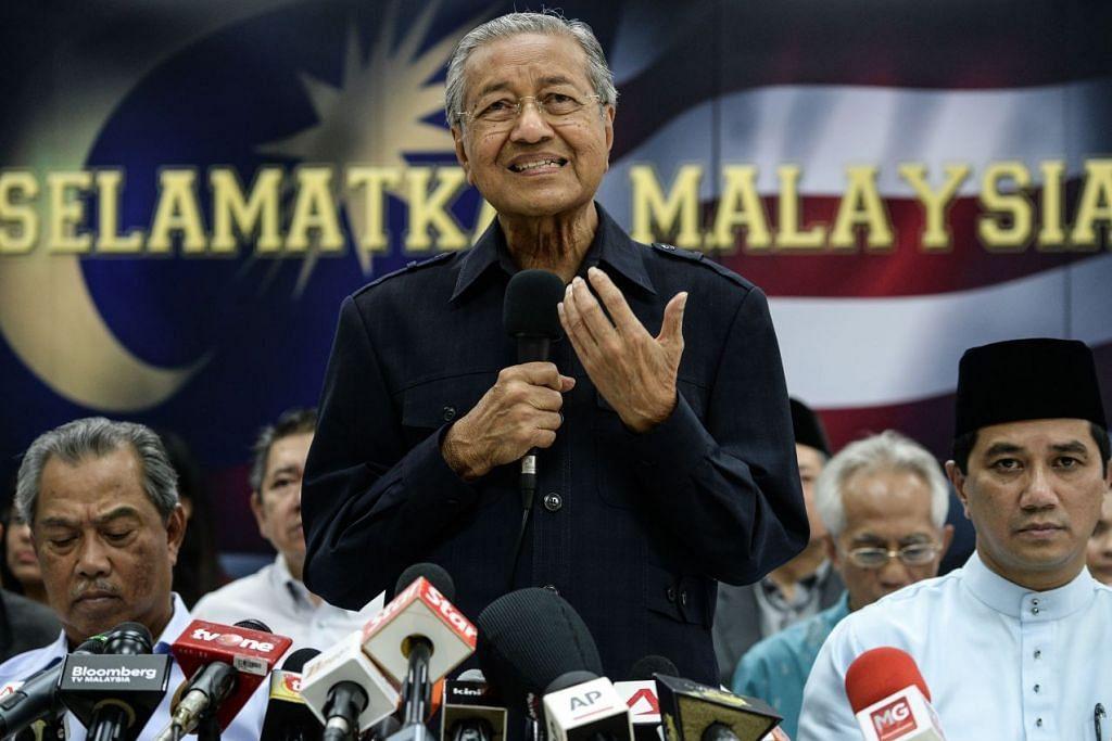 Tun Dr Mahathir diselar ahli politik Barisan Nasional kerana berkata peluang menewaskan Datuk Seri Najib tipis jika tidak ada tekanan luaran.