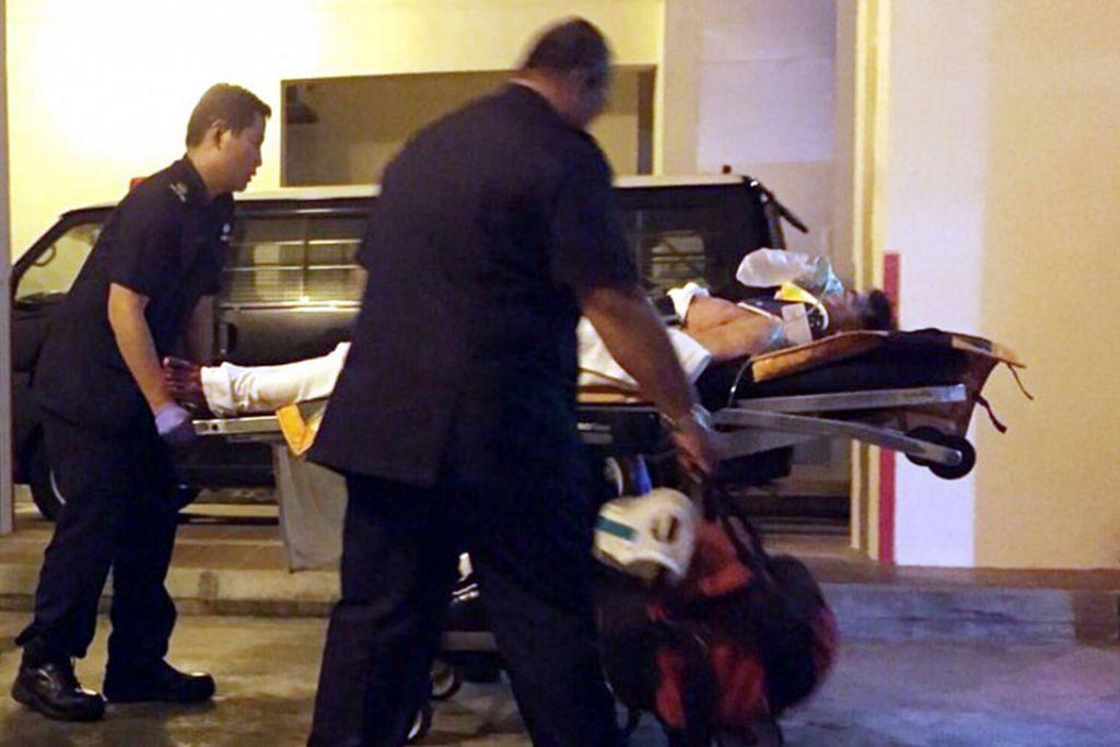 Zheng Xianghua dibawah ke hospital kerana menikam dan mengelar dirinya selepas membunuh isterinya pada Disember 2014.