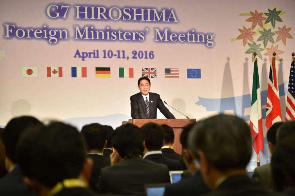 Menteri Luar Jepun, Encik Fumio Kishida,  bercakap semasa sidang media mengenai kerusi presiden  selepas Mesyuarat Menteri Luar G-7 di Hiroshima, pada 11 April, 2016.