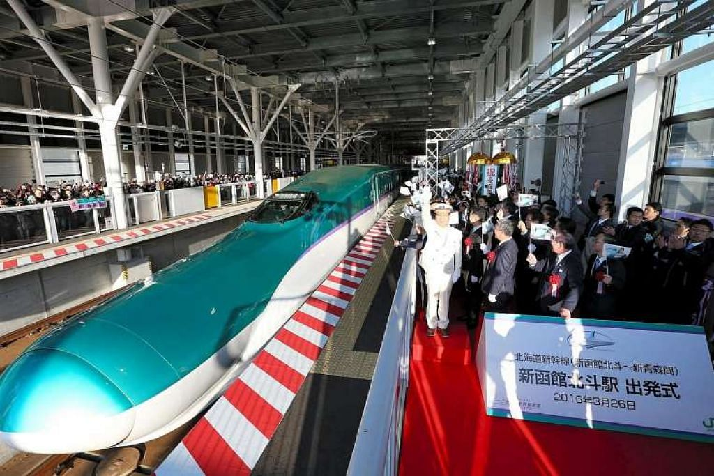 Kereta api pertama di laluan kereta api laju Shinkansen baru, yang menghubungkan Hokkaido dan Tokyo, meninggalkan sebuah stesen di Hokuto, Hokkaido, pada 26 Mac 2016.