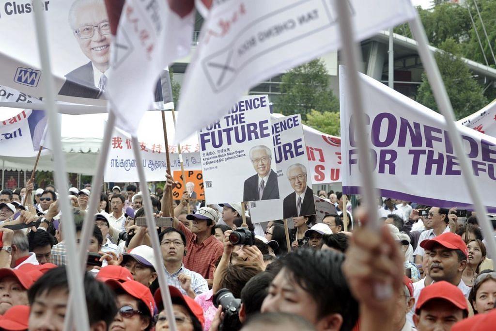 Penyokong Presiden Dr Tony Tan Keng Yam membawa sepanduk pada hari penamaan calon Pilihan Raya Presiden 2011. Beliau mengalahkan tiga calon lain dalam pilihan raya itu.