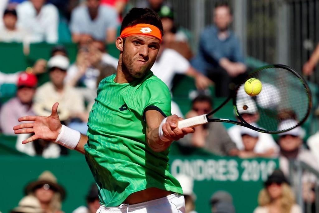 Jiri Vesely membalas pukulan Novak Djokovic dalam perlawanan Masters Monte Carlo di Monaco pada Rabu (13 Apr).