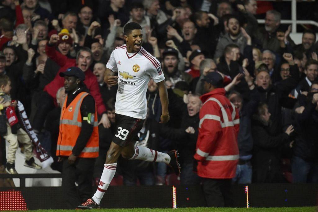 Marcus Rashford meraikan kejayaannya menjaringkan gol pertama Manchester United, yang mengalahkan West Ham United 2-1 dalam perlawanan ulangan suku akhir Piala FA di Upton Park pada Rabu (13 Apr).
