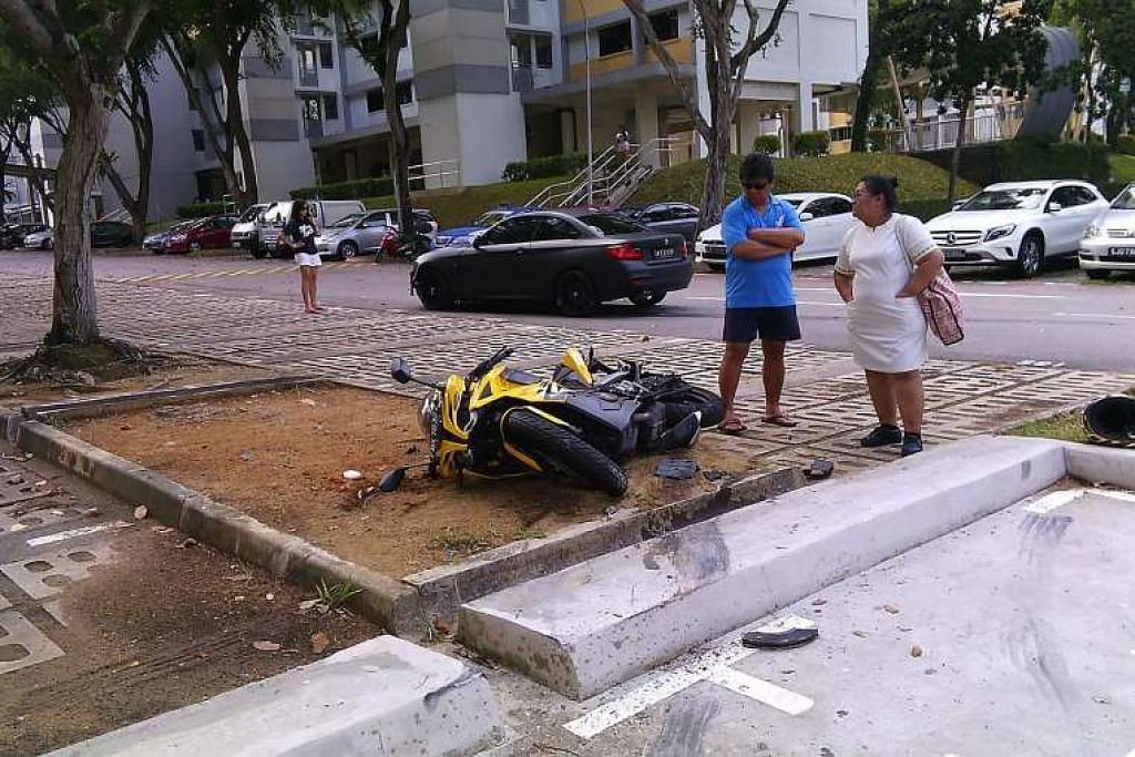 Rui En (kiri) di depan kereta BMW hitam yang melanggar sebuah motosikal yang diletak di situ. Jurucakap pelakon itu memohon maaf bagi pihak beliau, dan berkata beliau tidak berniat melarikan diri daripada tanggungjawabnya.