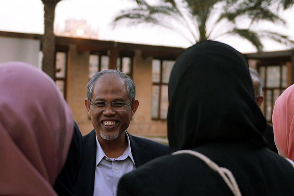 TIMES BERAMAH MESRA: Encik Masagos Zulkifli berinteraksi dengan pelajar Singapura di Jordan selepas sesi dialog di Hotel Grand Hyatt kelmarin.