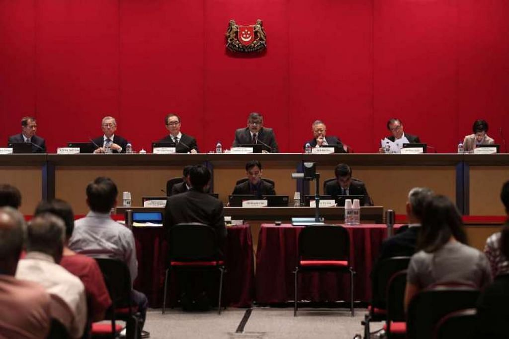 Suruhanjaya Perlembagaan, yang dipengerusikan Hakim Besar Sundaresh Menon (empat dari kiri), dalam sesi dengar awam pertama di Mahkamah Agung pada Isnin, 18 April 2016.