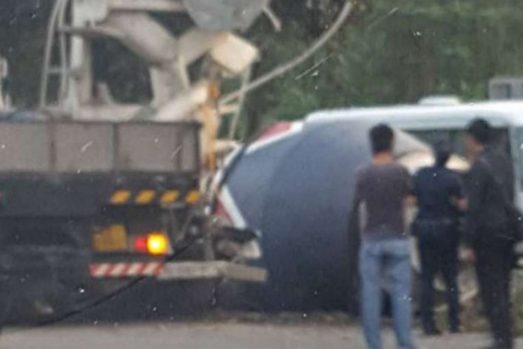 Police officers di tempat sebuah trak pembancuh simen terbalik di SLE pada pagi Isnin (18 Apr).  MOSES LIMA/FACEBOOK