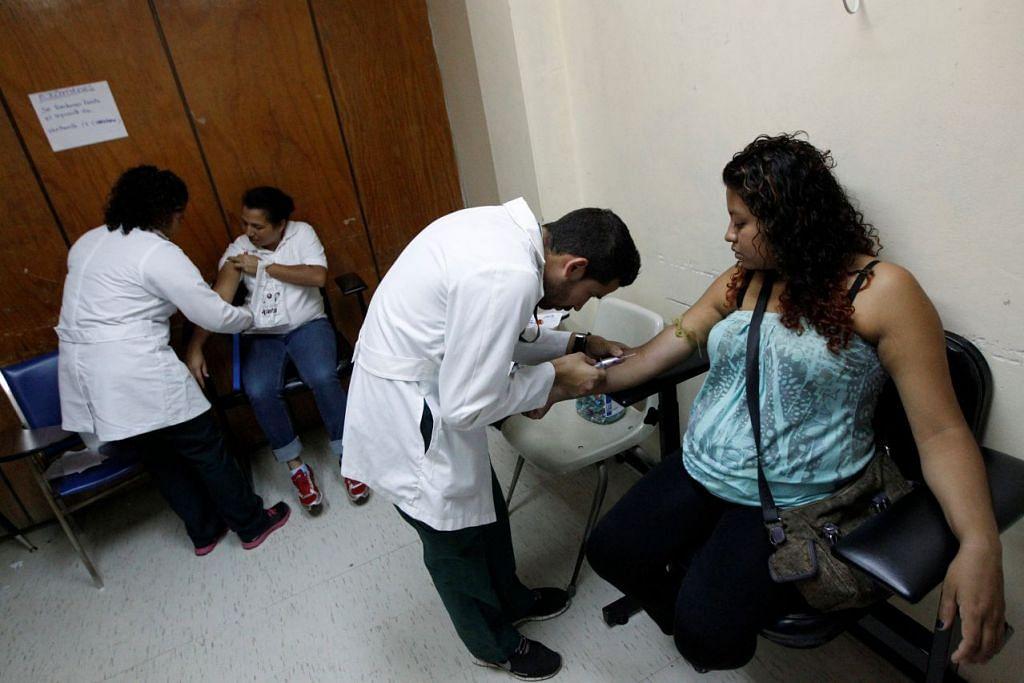 Kakitangan kesihatan menjalakan ujian darah ke atas wanita hamil, termasuk bagi  mengesan virus bawaan nyamuk seperti Zika, di wad bersalin Hospital Escuela di Tegucigalpa, Honduras. Pusat Kawalan dan Pencegahan Penyakit Amerika Syarikat mengesahkan minggu lepas kaitan antara Zika dan bayi yang dilahirkan dengan microcephaly, iaitu otak luar biasa kecil.