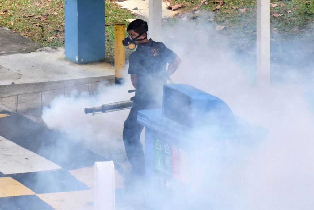 Seorang pekerja menjalankan kerja mewasap terhadap nyamuk aedes di sebuah kejiranan di Singapura pada awal April.