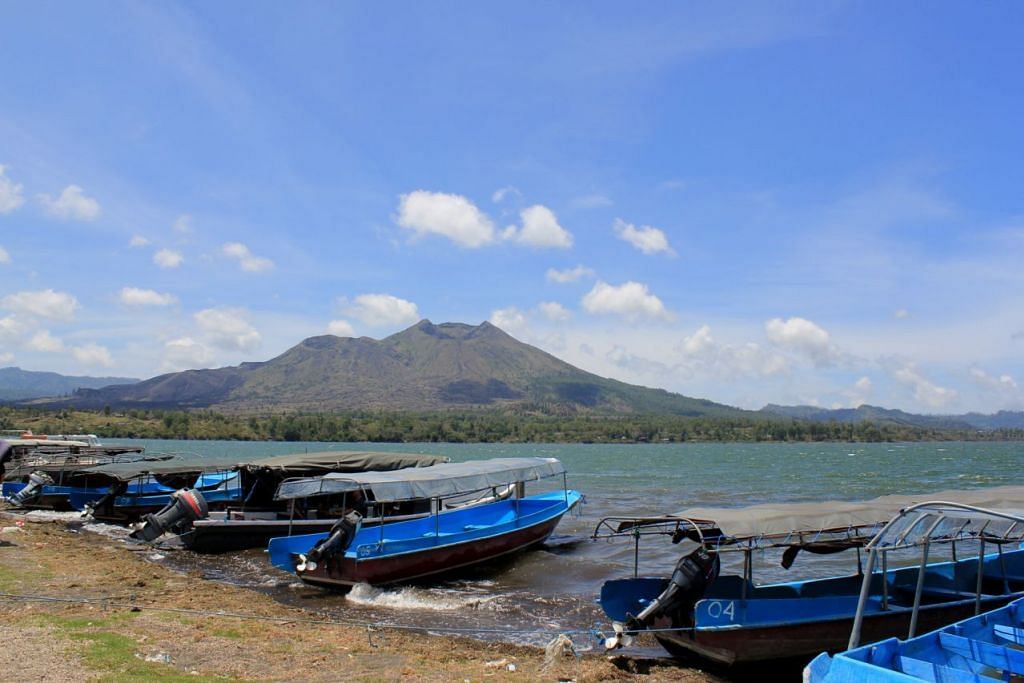 TARIKAN PELANCONG: Bot menanti untuk membawa pelancong menikmati keindahan Danau Toba. - Foto BERITA HARIAN