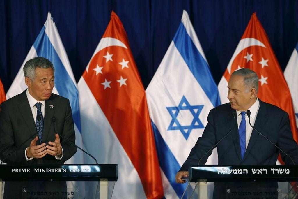 BERIKAN TAKLIMAT: Perdana Menteri, Encik Lee Hsien Loong (kiri), bersama-sama rakan sejawatannya dari Israel, Encik Benjamin Netanyahu, memberikan taklimat sempena lawatan sulungnya ke negara itu. - Foto REUTERS