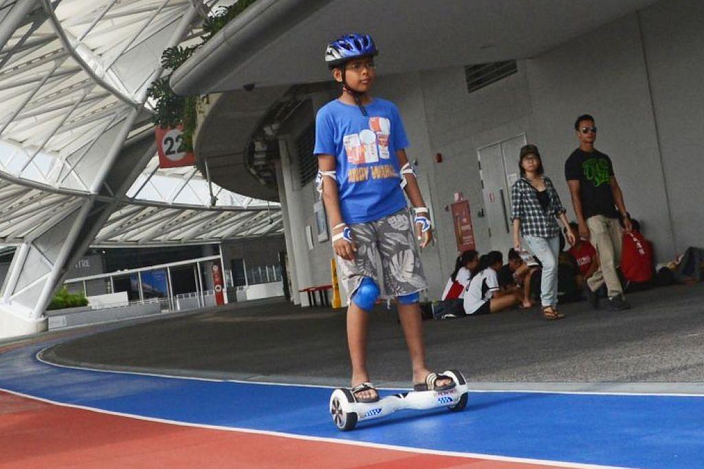 Seorang kanak-kanak menunggang hoverboard di Hab Sukan Singapura.