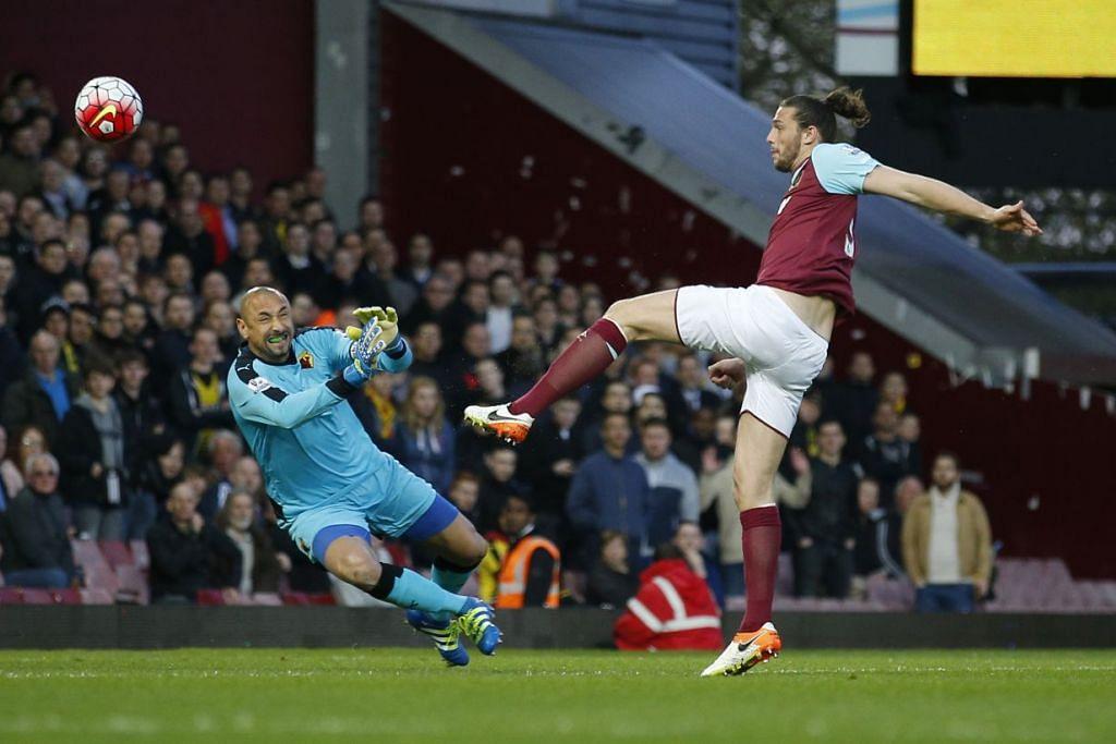 Andy Carroll menjaringkan gol pertama West Ham, yang menewaskan Watford 3-1 di Upton Park pada Rabu (20 Apr).